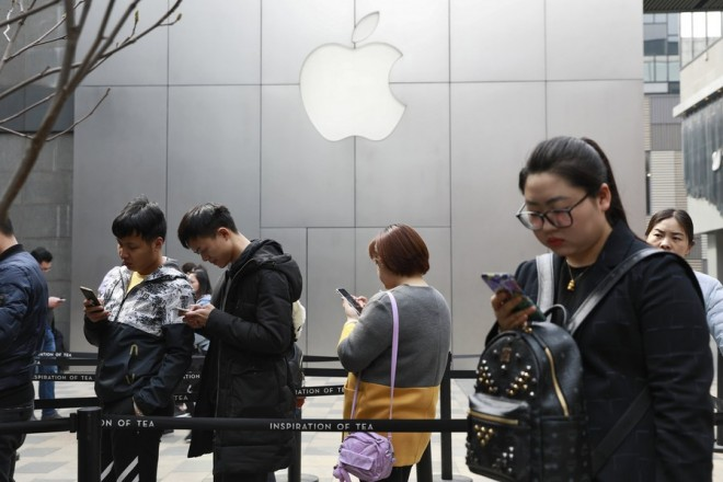 epaselect epa06622528 Chinese people queue in front of an Apple store in Beijing, China, 23 March 2018. China is set to levy tariffs on a range of US goods in retaliation after US President Donald Trump announced plans to imposed tariffs on more than $50 billion US dollar (40 billion euro) worth of Chinese imports, sparking fears of a trade war.  EPA/HOW HWEE YOUNG