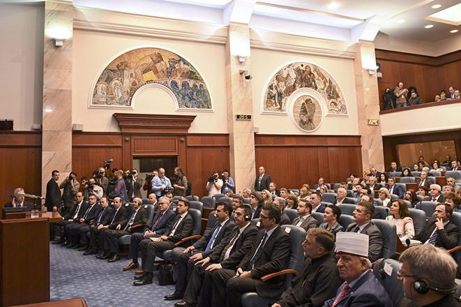 Ξεκίνησε η «μάχη» της συνταγματικής αναθεώρησης στη βουλή των Σκοπίων