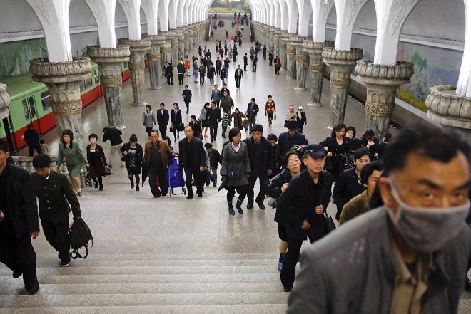 Πώς είναι να μετακινείσαι με το μετρό της Βόρειας Κορέας; Σπάνιες φωτογραφίες