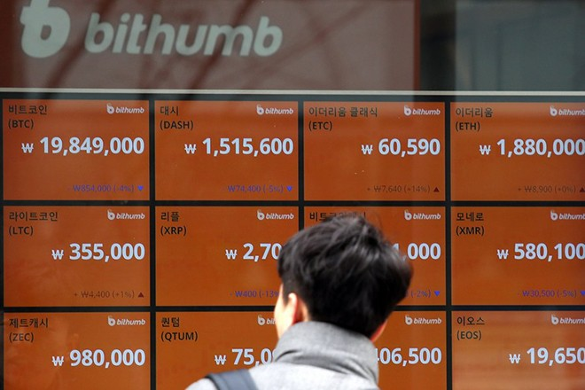 epa06437215 A client looks at the electronic signboard of a Bithumb cryptocurrency exchange in Seoul, South Korea, 14 January 2018. The bitcoin price has tumbled on a government move to clamp down on virtual currency trading.  EPA/YONHAP SOUTH KOREA OUT