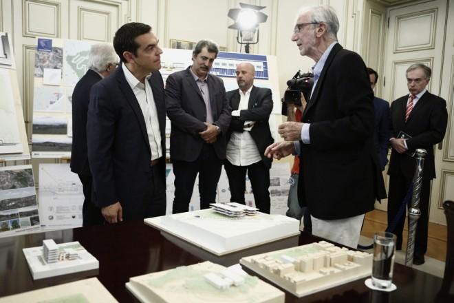 Ο πρωθυπουργός, Αλέξης Τσίπρας (Α) συνομιλεί με τον αρχιτέκτονα που έχει αναλάβει τον σχεδιασμό των έργων υποδομής, Renzo Piano (Δ), κατά τη διάρκεια ενημέρωσης για τον σχεδιασμό των έργων στον τομέα της Υγείας που έχει αναλάβει το Ίδρυμα με την υπογραφή σχετικού Μνημονίου Συνεργασίας με την Ελληνική Δημοκρατία τον Μάρτιο του 2018, στο Μέγαρο Μαξίμου, Αθήνα Τετάρτη 20 Ιουνίου 2018. ΑΠΕ-ΜΠΕ/ΑΠΕ-ΜΠΕ/ΓΙΑΝΝΗΣ ΚΟΛΕΣΙΔΗΣ