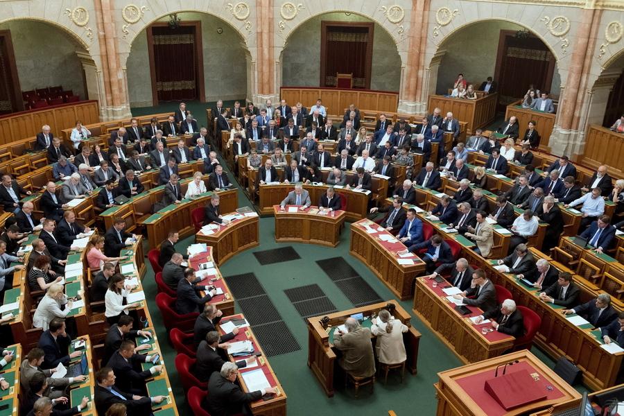 «Σταματήστε τον Σόρος»: Η Ουγγαρία ποινικοποιεί με νόμο τη βοήθεια σε παράτυπους μετανάστες