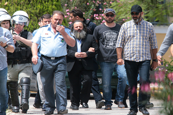 Ο επικεφαλής της οργάνωσης «Ελλήνων Συνέλευσις» Αρτέμης Σώρρας μεταφέρεται από τα  δικαστήρια της πρώην Σχολής Ευελπίδων , Πέμπτη 21 Ιουνίου 2018 .Ο επικεφαλής της οργάνωσης «Ελλήνων Συνέλευσις» Αρτέμης Σώρρας οδηγήθηκε στα δικαστήρια της πρώην Σχολής Ευελπίδων προκειμένου να καταθέσει στον ανακριτή. Προφυλακιστέος κρίθηκε ο επικεφαλής της «Ελλήνων Συνέλευσις» Αρτέμης Σώρρας μετά την απολογία του σε ανακριτή και εισαγγελέα. ΑΠΕ-ΜΠΕ/ΑΠΕ-ΜΠΕ/Παντελής Σαίτας