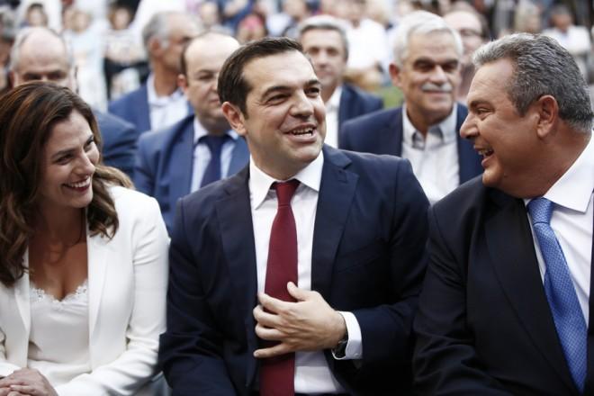 Ο πρωθυπουργός Αλέξης Τσίπρας κατά την άφιξή του φορώντας γραβάτα όπως είχε υποσχεθεί ότι θα φορέσει (στις 24 Ιανουαρίου του 2015) όταν επέλθει η συμφωνία για το κούρεμα του χρέους, συνομιλεί με την σύντροφο του Περιστέρα (Μπέτυ) Μπαζιάνα (Α) και τον υπουργό Εθνικής Άμυνας Παναγιώτη Καμμένο (Δ) λίγο πριν την ομιλία του, στις Κοινοβουλευτικές ομάδες του ΣΥΡΙΖΑ και των Ανεξαρτήτων Ελλήνων, στο Αίθριο του Ζαππείου, την Παρασκευή 22 Ιουνίου 2018. Ο Πρωθυπουργός ενημέρωσε τις Κοινοβουλευτικές ομάδες σχετικά με την χθεσινή απόφαση του Eurogroup αναφορικά με την βιωσιμότητα του Ελληνικού χρέους, και τον τερματισμό του ελληνικού προγράμματος. ΑΠΕ ΜΠΕ/ΑΠΕ ΜΠΕ/ΓΙΑΝΝΗΣ ΚΟΛΕΣΙΔΗΣ