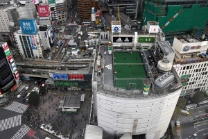 Picture shows a futsal pitch on the rooftop of a department store next to the Shibuya crossing (bottom-L) in Tokyo on December 20, 2017. / AFP PHOTO / Toru YAMANAKA        (Photo credit should read TORU YAMANAKA/AFP/Getty Images)