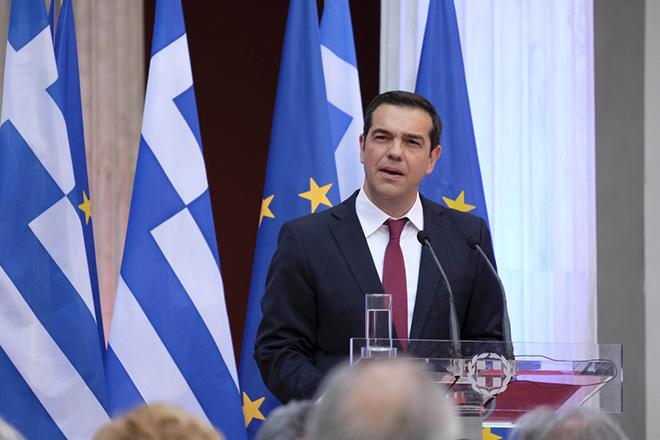 Ο πρωθυπουργός Αλέξης Τσίπρας φορώντας γραβάτα όπως είχε υποσχεθεί ότι θα φορέσει (στις 24 Ιανουαρίου του 2015) όταν επέλθει η συμφωνία για το κούρεμα του χρέους, κατά την ομιλία του, στις Κοινοβουλευτικές ομάδες του ΣΥΡΙΖΑ και των Ανεξαρτήτων Ελλήνων, στο Αίθριο του Ζαππείου, την Παρασκευή 22 Ιουνίου 2018. Ο Πρωθυπουργός ενημέρωσε τις Κοινοβουλευτικές ομάδες σχετικά με την χθεσινή απόφαση του Eurogroup αναφορικά με την βιωσιμότητα του Ελληνικού χρέους, και τον τερματισμό του ελληνικού προγράμματος. ΑΠΕ-ΜΠΕ/ΓΡΑΦΕΙΟ ΤΥΠΟΥ ΠΡΩΘΥΠΟΥΡΓΟΥ/Andrea Bonetti