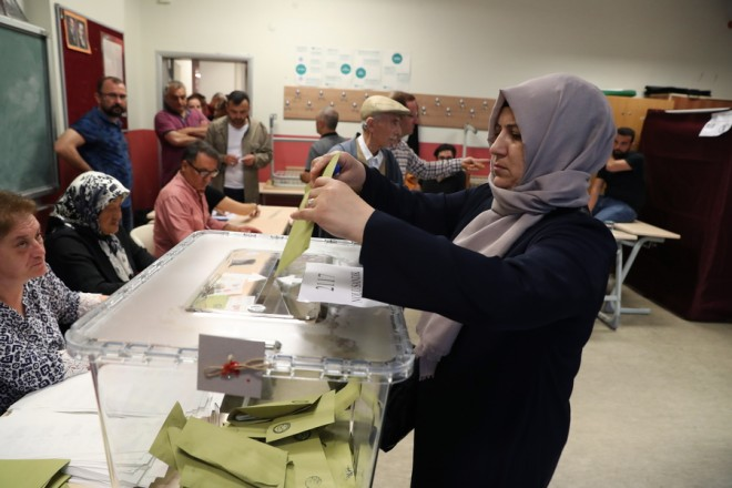 epa06835207 Turkish people cast their vote for the Turkish presidential and parliamentary elections in Istanbul, Turkey, 24 June 2018.   56.3 million registered citizens will vote in snap presidential and parliamentary elections to elect 600 lawmakers and the country's first president.  EPA/SRDJAN SUKI