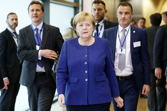 epa06836012 German Chancellor Angela Merkel arrives for the informal meeting on migration and asylum issues in Brussels, Belgium, 24 June 2018. European Commission President Jean-Claude Juncker hosts the gathering ahead of a full summit of all 28 European Union leaders to overhaul the EU asylum system on June 28.  EPA/JULIEN WARNAND