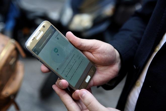 Παρουσίαση από το Δήμο Αθηναίων της ηλεκτρονικής εφαρμογής ελεγχόμενης στάθμευσης από κινητό τηλέφωνο «myAthensPass» , σ' έναν κεντρικό δρόμο της Αθήνας, Δευτέρα 25 Ιουνίου 2018. Η εφαρμογή «MyAthensPass» εξασφαλίζει την εύκολη και γρήγορη αγορά χρόνου στάθμευσης και προσφέρει περισσότερες ψηφιακές υπηρεσίες για τους κατοίκους και τους επισκέπτες της Αθήνας. ΑΠΕ-ΜΠΕ/ΑΠΕ-ΜΠΕ/ΣΥΜΕΛΑ ΠΑΝΤΖΑΡΤΖΗ