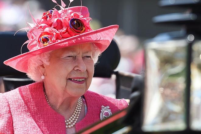 Βγήκε επιτέλους από το κάστρο της η βασίλισσα Ελισάβετ και έκανε… ιππασία