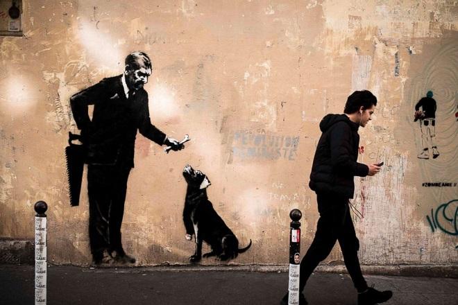 Ο Banksy προκαλεί με τα έργα του στο Παρίσι