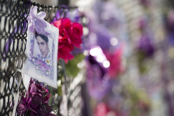 epaselect epa06680452 Fans of US musician Prince still leave notes and flowers on a fence outside of Paisley Park, Princes' home and where he was found dead after an overdose in two years ago Chanhassen, Minnesota, USA, 19 April 2018. According to media reports, no criminal charges will be brought after the death of Prince from an overdose in 2016.  EPA/CRAIG LASSIG