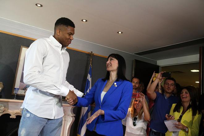Η υπουργός Τουρισμού Έλενα Κουντουρά (Δ) υποδέχεται τον Γιάννη Αντετοκούνμπο (Α) στην επίσημη παρουσίαση του νέου τηλεοπτικού σποτ του ελληνικού τουρισμού με πρωταγωνιστή τον κορυφαίο Έλληνα αθλητή του NBA, Παρασκευή 29 Ιουνίου 2018. ΑΠΕ - ΜΠΕ/ΑΠΕ - ΜΠΕ/Αλέξανδρος Μπελτές