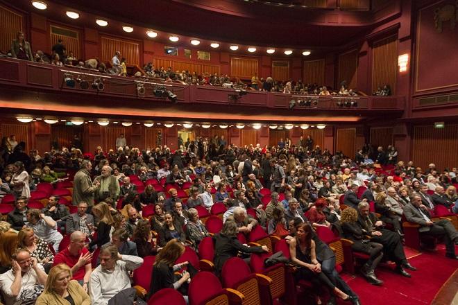 Κόσμος παρακολουθεί την τελετή λήξης του 16ου Φεστιβάλ Ντοκιμαντέρ Θεσσαλονίκης - Εικόνες του 21ου Αιώνα, που πραγματοποιήθηκε στο Ολύμπιον. Θεσσαλονίκη, Σάββατο 22 Μαρτίου 2014 ΑΠΕ ΜΠΕ/PIXEL/ΣΩΤΗΡΗΣ ΜΠΑΡΜΠΑΡΟΥΣΗΣ