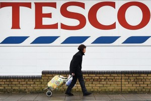 epa06661391 (FILE) - A pedestrian passes a Tesco supermarket store in London, Britain, 08 January 2015 (reissued 11 April 2018). Tesco on 11 April 2018 announced 1.3 billion pounds on annual profits, a rise of 145 million pounds compared to the previous year.  EPA/ANDY RAIN