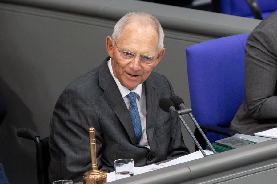 Έκπληξη από τον Σόιμπλε: Λέει «ναι» στη γαλλογερμανική πρόταση να πέσουν 500 δισ. ευρώ στην Ευρώπη