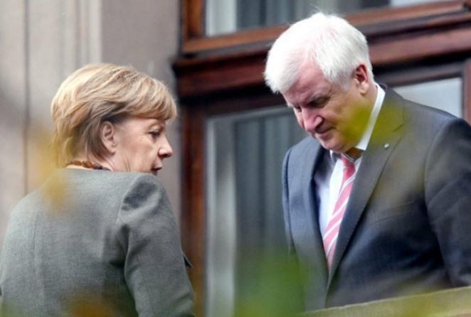 «Λευκός καπνός» στο Βερολίνο: Συμφώνησαν Μέρκελ – Ζεεχόφερ για το προσφυγικό
