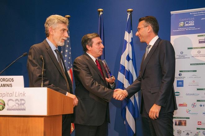 Ο-Χρήστος-Χαρπαντίδης-παραλαμβάνει-το-Capital-Link-CSR-Leadership-Award