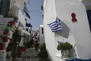 Φωτογραφία που δόθηκε σήμερα στην δημοσιότητα και απεικονίζει τουρίστες να περπατούν σε σοκάκι στο χωριό Δρυοπίδα, στο νησί της Κύθνου, Κυριακή 29 Απριλίου 2018. Στον περιπατητικό τουρισμό ποντάρει η Κύθνος προκειμένου να αύξησει τις ελεύσεις τουριστών καθ'ολη την διάρκεια του έτους. Η Κύθνος διαθέτει ένα πλούσιο δίκτυο πεζοπορικών διαδρομών. Κάποιες απ' αυτές είναι σηματοδοτημένες ενώ τις υπόλοιπες μπορείτε να τις αναζητήσετε στους νέους ενημερωμένους χάρτες και στον πεζοπορικό οδηγό, που κυκλοφορούν, Κύθνος Πέμπτη 17 Μαΐου 2018. ΑΠΕ-ΜΠΕ/ΑΠΕ-ΜΠΕ/ΓΙΑΝΝΗΣ ΚΟΛΕΣΙΔΗΣ