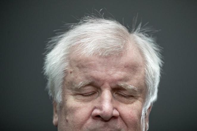Χορστ Ζέεχοφερ: Ο άνθρωπος που παραλίγο να «ρίξει» τη Μέρκελ