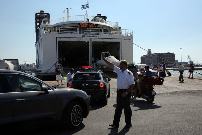 Μέλος του πληρώματος φέρυ που ταξιδεύει προς Κυκλάδες κατευθύνει τους οδηγούς των αυτοκινήτων που ταξιδεύουν για την επιβίβαση τους στο πλοίο, Πειραιάς Παρασκευή 4 Αυγούστου 2017. Χιλιάδες Αθηναίοι και τουρίστες ξεκινούν τις διακοπές τους  εκμεταλλευόμενοι το πρώτο Σαββατοκύριακο του Αυγούστου.  ΑΠΕ-ΜΠΕ/ΑΠΕ-ΜΠΕ/ΟΡΕΣΤΗΣ ΠΑΝΑΓΙΩΤΟΥ
