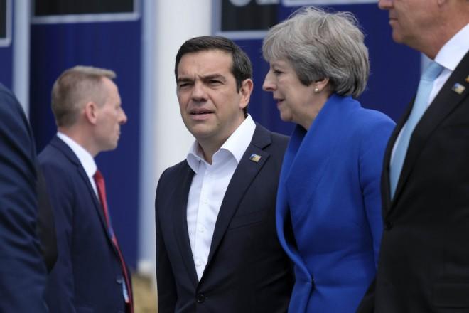 (Ξένη Δημοσίευση) Ο πρωθυπουργός Αλέξης Τσίπρας συνομιλεί με την Βρετανίδα πρωθυπουργό Τερέζα Μέι στη Σύνοδο του ΝΑΤΟ που πραγματοποιείται στις 11 και 12 Ιουλίου 2018, στις Βρυξέλλες, Τετάρτη 11 Ιουλίου 2018. ΑΠΕ-ΜΠΕ/ΓΡΑΦΕΙΟ ΤΥΠΟΥ ΠΡΩΘΥΠΟΥΡΓΟΥ/Andrea Bonetti