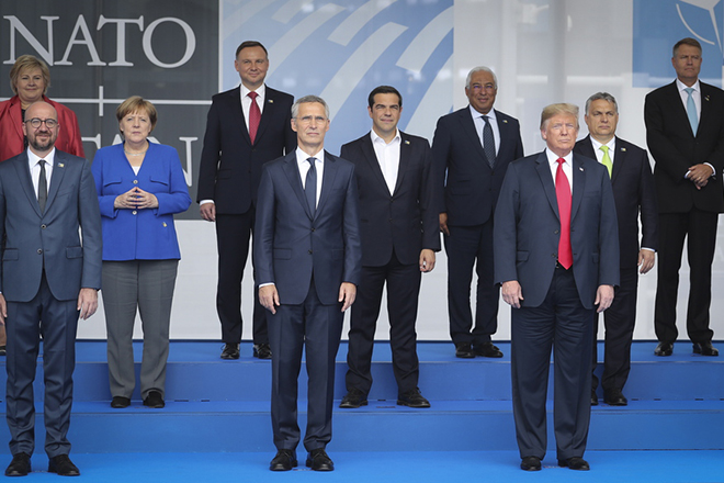 epa06880500 Germany's Chancellor Angela Merkel (3-L) and US President Donald J. Trump during family picture of Nato Summit in Brussels, Belgium, 11 July 2018. NATO member countries' heads of states and governments gather in Brussels on 11 and 12 July 2018 for a two days meeting.  EPA/OLIVIER HOSLET