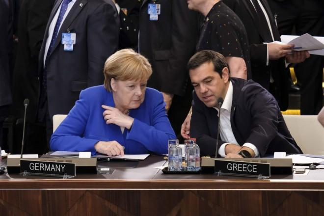(Ξένη Δημοσίευση) Ο πρωθυπουργός Αλέξης Τσίπρας συνομιλεί με την Γερμανίδα καγκελάριος Άγγελα Μέρκελ στη Σύνοδο του ΝΑΤΟ που πραγματοποιείται στις 11 και 12 Ιουλίου 2018, στις Βρυξέλλες, Τετάρτη 11 Ιουλίου 2018. ΑΠΕ-ΜΠΕ/ΓΡΑΦΕΙΟ ΤΥΠΟΥ ΠΡΩΘΥΠΟΥΡΓΟΥ/Andrea Bonetti