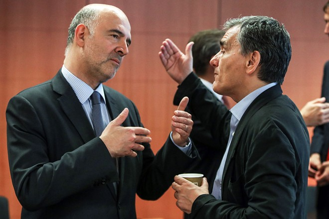 epa06883577 European Commissioner for Economic and Financial Affairs Pierre Moscovici (L) and Greek Finance Minister Euclid Tsakalotos (R) during Eurogroup Finance Ministers' meeting at the European Council in Brussels, Belgium, 12 July 2018.  EPA/STEPHANIE LECOCQ