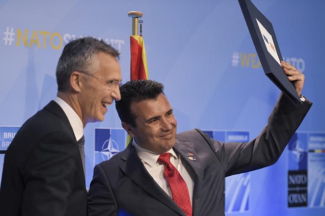 Παραδόθηκε η ενταξιακή πρόσκληση του ΝΑΤΟ στην ΠΓΔΜ