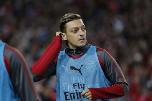 epa06088799 Mesut Ozil of Arsenal warms up during the friendly soccer match between the Western Sydney Wanderers and Arsenal FC at ANZ Stadium in Sydney, Australia, 15 July 2017.  EPA/DANIEL MUNOZ  AUSTRALIA AND NEW ZEALAND OUT