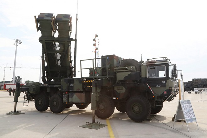epa06795961 A Patriot Missile Long-Range Air-Defence System launcher of the German Air Force (Luftwaffe) during the 'Day of the German Forces' (Tag der Bundeswehr') at the air force base in Wunstorf, northern Germany, 09 June 2018. Wunstorf near Hanover is the biggest of the 16 military bases throughout Germany inviting public for an open day. The base shelters the A400M fleet of the German Air Force.  EPA/FOCKE STRANGMANN