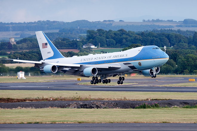 epa06886790 Air Force One carrying US President Donald J. Trump and First Lady Melania Trump arrives at Prestwick Airport, ahead of a visit to Trump Turnberry golf course, Ayrshire, Scotland, 13 July 2018. US President Trump is on a three-day working visit to the United Kingdom, his first trip to the country as US president.  EPA/Robert Perry