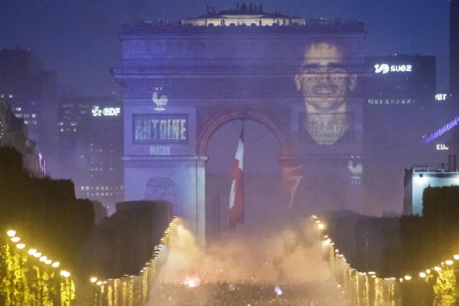 epa06892121 French supporters celebrate on the Champs Elysees their team's victory after the FIFA World Cup 2018 final match between France and Croatia in Paris, France, 15 July 2018. France won 4-2.  EPA/CHRISTOPHE PETIT TESSON