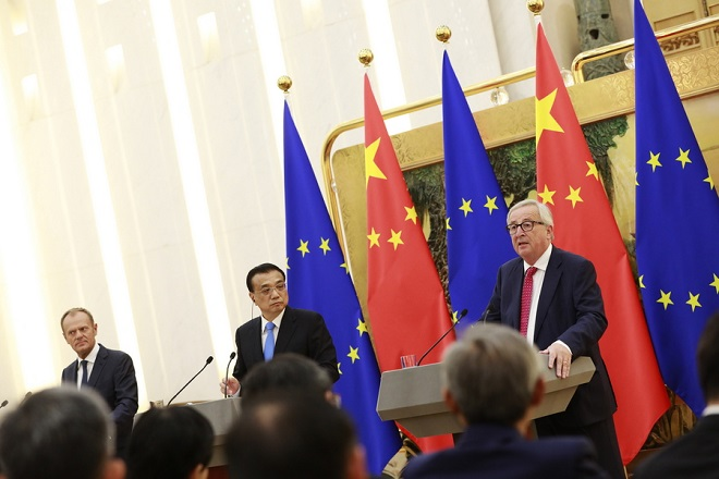 epa06892355 European Commission President Jean-Claude Juncker (R) speaks to reporters as Chinese Premier Li Keqiang (C) and European Council President Donald Tusk (L) look on during a press conference at the 20th European Union EU-China Summit at the Great Hall of the People in Beijing, China, 16 July 2018. Leaders of the European Union (EU) and China meet in Beijing on 16 July for their annual EU-China summit to discuss global and bilateral trade and investment relations.  EPA/HOW HWEE YOUNG
