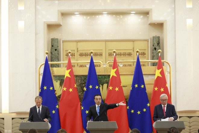 epa06892354 Chinese Premier Li Keqiang (C) speaks to reporters as European Council President Donald Tusk (L) and European Commission President Jean-Claude Juncker (R) look on during a press conference at the 20th European Union EU-China Summit at the Great Hall of the People in Beijing, China, 16 July 2018. Leaders of the European Union (EU) and China meet in Beijing on 16 July for their annual EU-China summit to discuss global and bilateral trade and investment relations.  EPA/HOW HWEE YOUNG