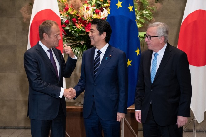 epa06894363 Japanese Prime Minister Shinzo Abe (C) welcomes the President of the European Union's commission Jean-Claude Junker (R) and European Union's council president Donald Tusk (L) at the Japanese Prime Minister office in Tokyo, Japan, 17 July 2018.  EPA/MARTIN BUREAU / POOL
