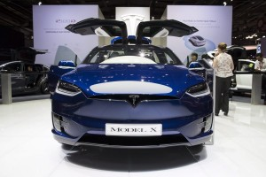 epa05564012 A Tesla Model X is displayed at the Paris Motor Show 'Mondial de l'Automobile' in Paris, France, 30 September 2016. The Paris Motor Show, which takes place every two years, runs from 01 to 16 October 2016 with international car makers presenting their latest models and studies.  EPA/IAN LANGSDON