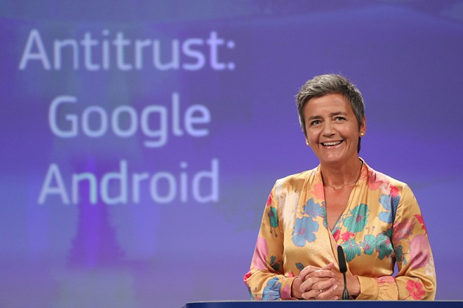 epa06896296 EU Commissioner for Competition Margrethe Vestager, from Denmark, speaks at a news conference on the concurrence case with Google Android at the European commission in Brussels, Belgium, 18 July 2018.  EPA/STEPHANIE LECOCQ