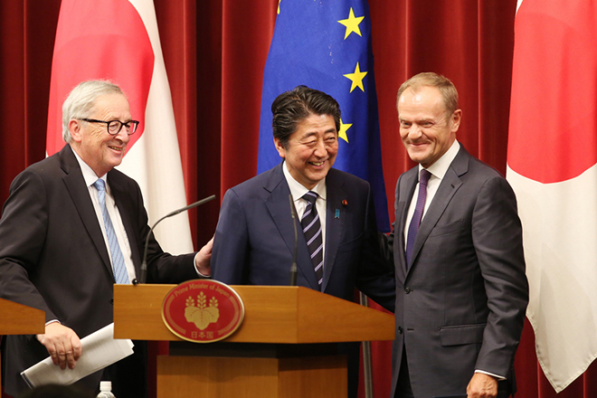 epa06894454 Japanese Prime Minister Shinzo Abe (C), European Commission President Jean-Claude Juncker (L) and European Council President Donald Tusk (R) smile after their joint press conference at Abe's official residence in Tokyo, Japan, 17 July 2018.  EPA/KOJI SASAHARA / POOL
