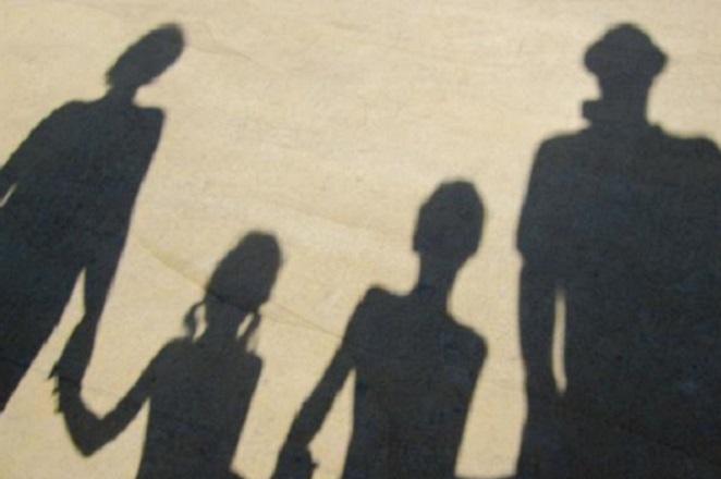 Handelsblatt: Ελλάδα, μια χώρα που ματώνει – Γιατί την εγκαταλείπουν οι νέοι;