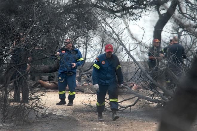 ΠΡΟΣΟΧΗ ΠΡΟΣ ΤΟΥΣ EDITORS: Η φωτογραφία περιέχει σκληρό περιεχόμενο και γι αυτό θα πρέπει κατά την κρίση σας να επέμβετε γραφιστικά.  Πυροσβέστες ερευνούν την περιοχή όπου βρέθηκαν 26 απανθρακωμένα πτώματα σε χωράφι στην Αργυρά Ακτή στο Μάτι, Τρίτη 24 Ιουλίου 2018. Απανθρακωμένα πτώματα βρέθηκαν σε χωράφι,  σε απόσταση περίπου 15 μέτρων από τη θάλασσα. Στην περιοχή δεν υπάρχει ακτή αλλά βράχια, γεγονός που δείχνει ότι οι άνθρωποι που πρέπει να επιχείρησαν να βρουν διέξοδο στη θάλασσα, εγκλωβίστηκαν με αποτέλεσμα να χάσουν τη ζωή τους μέσα στις φλόγες. ΑΠΕ-ΜΠΕ/ΑΠΕ-ΜΠΕ/ΠΑΝΤΕΛΗΣ ΣΑΪΤΑΣ