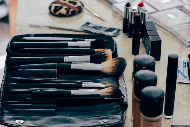 Ψήφο εμπιστοσύνης στα φυσικά καταστήματα δίνουν οι γυναίκες για την αγορά προϊόντων ομορφιάς