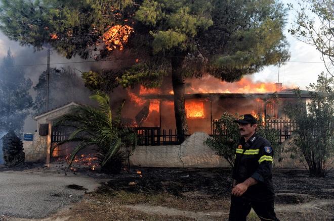 Σε εξέλιξη για τρίτη ημέρα οι πυρκαγιές σε Κινέτα και Καλλιτεχνούπολη