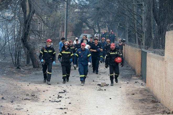 Πυροσβέστες ερευνούν την περιοχή όπου βρέθηκαν 26 απανθρακωμένα πτώματα σε χωράφι στην Αργυρά Ακτή στο Μάτι, Τρίτη 24 Ιουλίου 2018. Απανθρακωμένα πτώματα βρέθηκαν σε χωράφι, σε απόσταση περίπου 15 μέτρων από τη θάλασσα. Στην περιοχή δεν υπάρχει ακτή αλλά βράχια, γεγονός που δείχνει ότι οι άνθρωποι που πρέπει να επιχείρησαν να βρουν διέξοδο στη θάλασσα, εγκλωβίστηκαν με αποτέλεσμα να χάσουν τη ζωή τους μέσα στις φλόγες. ΑΠΕ-ΜΠΕ/ΑΠΕ-ΜΠΕ/Παντελής Σαίτας