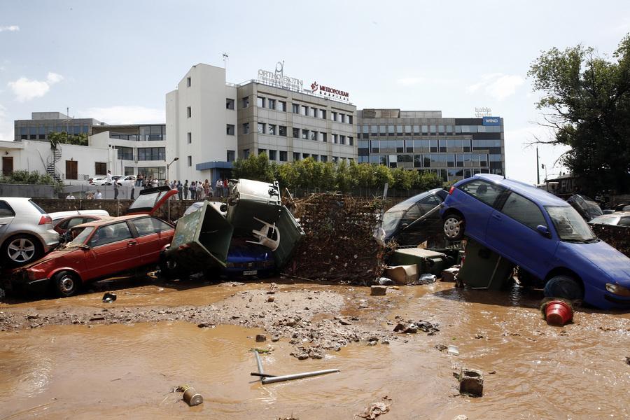 Πλημμύρες στα Βόρεια Προάστια από την ισχυρή νεροποντή (βίντεο)