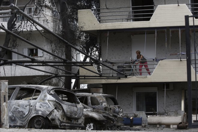 Γυναίκα καθαρίζει το μπαλκόνι της από τα καμένα στο Μάτι από την πυρκαγιά που έπληξε την Ανατολική Αττική, Παρασκευή 27 Ιουλίου 2018. Στους 83 ανέρχονται οι νεκροί από τις πυρκαγιές στην Ανατολική Αττική, σύμφωνα με τον μέχρι στιγμής απολογισμό, ενώ συνεχίζονται με αμείωτο ρυθμό οι έρευνες για τον εντοπισμό των αγνοουμένων. ΑΠΕ ΜΠΕ/ΑΠΕ ΜΠΕ/ΓΙΑΝΝΗΣ ΚΟΛΕΣΙΔΗΣ