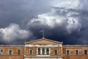 Η ελληνική σημαία κυματίζει μεσίστια στη στέγη της Βουλής για τρίτη ημέρα ως ένδειξη πένθους μετά τις καταστροφικές πυρκαγιές στην Αττική που στοίχισαν τη ζωή τουλάχιστον 80 ανθρώπων, Αθήνα, 25 Ιουλίου2018. ΑΠΕ-ΜΠΕ/ΑΠΕ-ΜΠΕ/ΣΥΜΕΛΑ ΠΑΝΤΖΑΡΤΖΗ