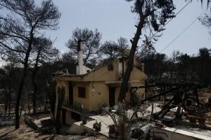 Φωτογραφία που δόθηκε σήμερα στην δημοσιότητα και απεικονίζει καμένο σπίτι, μετά την θανατηφόρα και καταστροφική πυρκαγιά στο Μάτι, κοντά στην Αθήνα, Παρασκευή 27 Ιουλίου 2018. Στους 88 ανήλθε ο αριθμός των νεκρών από τη φονική πυρκαγιά στο Μάτι, καθώς στις 2 τα ξημερώματα κατέληξε στο ΚΑΤ γυναίκα 42 ετών η οποία ήταν διασωληνωμένη και σε κρίσιμη κατάσταση στη ΜΕΘ, Σάββατο 28 Ιουλίου 2018. ΑΠΕ-ΜΠΕ/ΑΠΕ-ΜΠΕ/ΓΙΑΝΝΗΣ ΚΟΛΕΣΙΔΗΣ