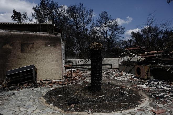 Αυλή καμένου σπιτιού μετά την θανατηφόρα πυρκαγιά στο Μάτι, κοντά στην Αθήνα Τρίτη 31 Ιουλίου 2018. Ξεκίνησε σήμερα η διαδικασία αιτήσεων για το έκτακτο βοήθημα που αποφασίστηκε για τις 5000 ευρώ για τους πολίτες και τις 8000 ευρώ για τις επιχειρήσεις.  ΑΠΕ-ΜΠΕ/ΑΠΕ-ΜΠΕ/ΓΙΑΝΝΗΣ ΚΟΛΕΣΙΔΗΣ